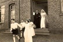 16 Avril 1947 : Mariage de Jacqueline LANDRIEU (1731). Sortie de la mairie : Denis LANDRIEU (173), Jacqueline LANDRIEU (1731), Henri et Marie-Paule BEAUVOIS - Pierre FLOCHEL et Anne-Marie LANDRIEU (1714)