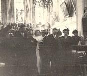 16 Avril 1947 : Mariage de Jacqueline LANDRIEU (1731). Dans l'église : Mme DUCROCQ, les mariés, Denis LANDRIEU (173), Gisèle POYER (x 173), Hélène DUFOURNY (x 17)