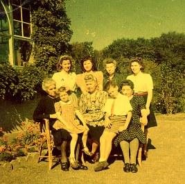 """1949 - A """"La Vigie"""" : Françoise PADIEU, Jacqueline DUCROCQ , Andrée, Nicole, Hélène, Anne-Marie LANDRIEU, Florence, René PADIEU, Gisèle LANDRIEU"""