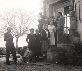 """1949 à """"La Vigie"""" sur les marches de la véranda :"""