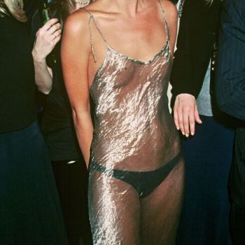 """The story behind the look. Kate Moss: this famous """"naked dress"""" which launched a fashion among the stars"""
