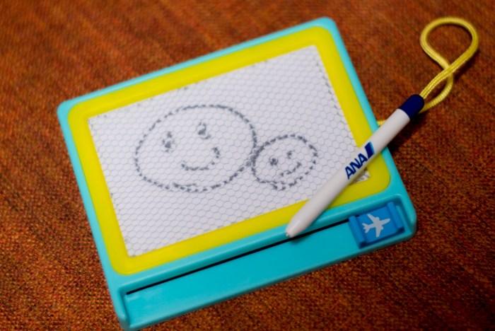 ANAでもらった、子供用のお絵描きボード