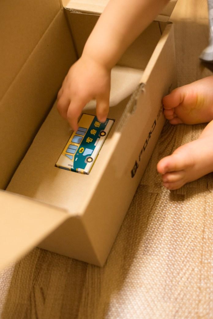 クロネコヤマトの宅急便から届きた荷物からミニカーを発見した息子。2歳