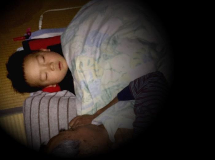 2歳の孫を寝かしつけする祖父。育ジイ