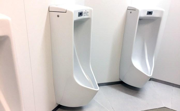 公衆トイレの男子用小便器