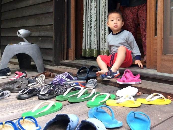 3歳の息子と、脱ぎ捨てられたたくさんのサンダルと靴