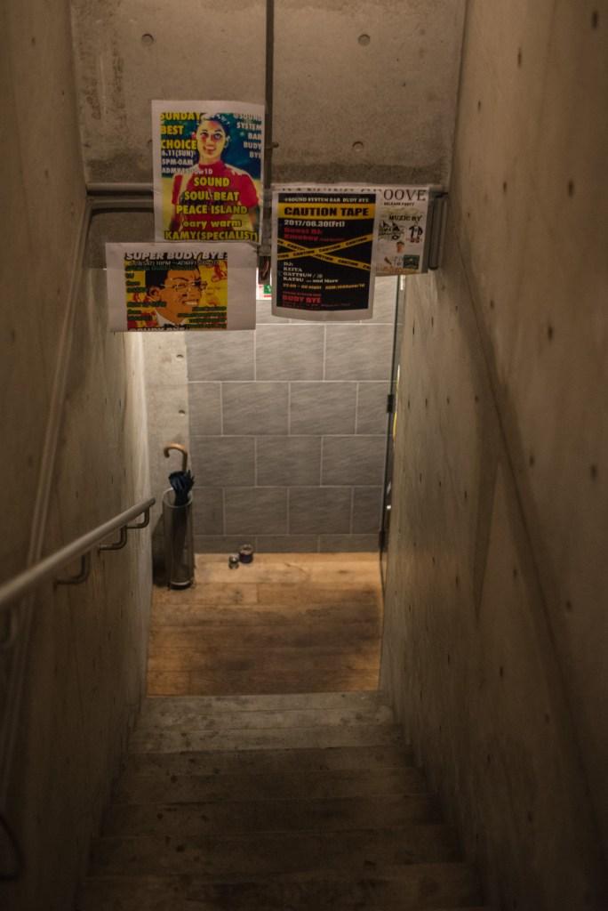 レゲエバー BUDY BYE(目黒区五本木)下に降りる階段