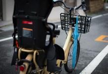 自転車のハンドルにかけた傘