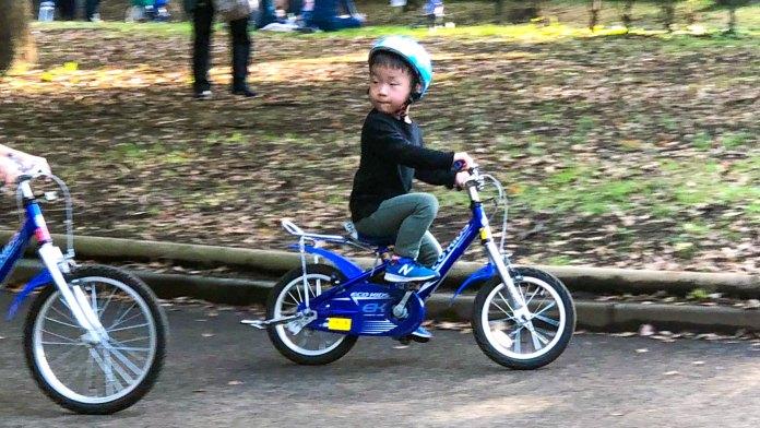 補助輪なしの自転車をこぐ男の子
