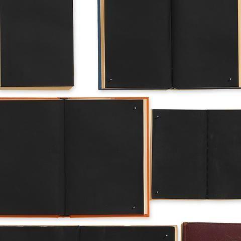 Detalle papel pintado EKA-06 libros negros