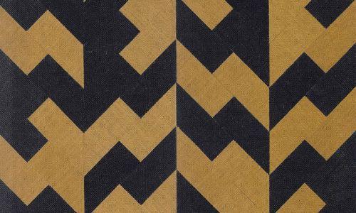 Papel pintado geométrico de fibra natural negro y ocre 46500 de Insero