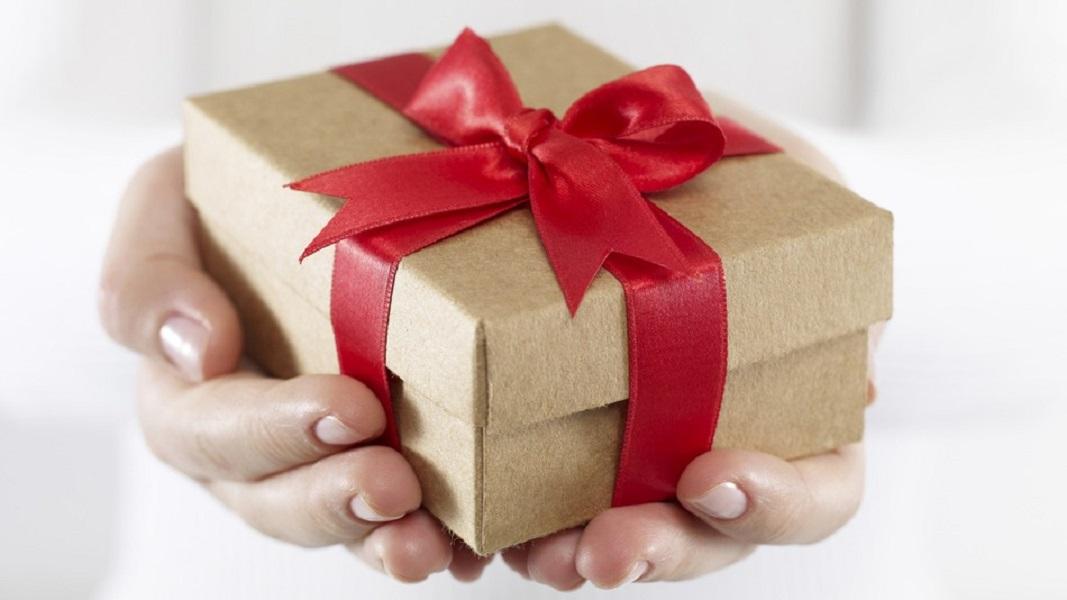 De la sortija de metal al regalo personalizado: historia de los regalos