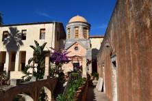Il cortile interno del Monastero di Agia Triada