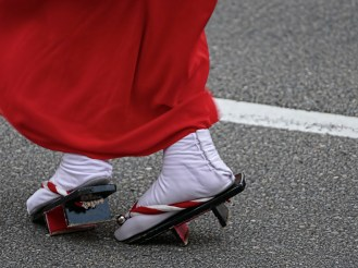 Sandales de bois ; elles claquent gentiment sur l'asphalte et marquent le tempo en deux temps, Samba japonaise millénaire.