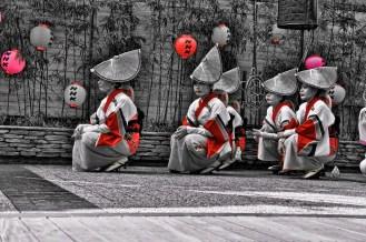 Les danseuses attentives attendent leur tour