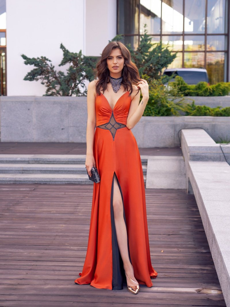 Flattering evening dress with a slit up the leg