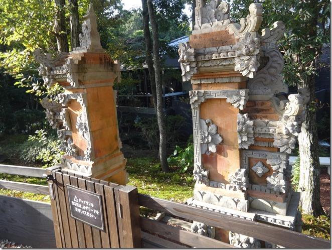 伊豆の愛犬と泊まれるホテルウブドの森のバリ風門