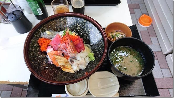 湘南江の島の愛犬を連れてしらす丼を食べられるお店島童子の特盛海鮮丼