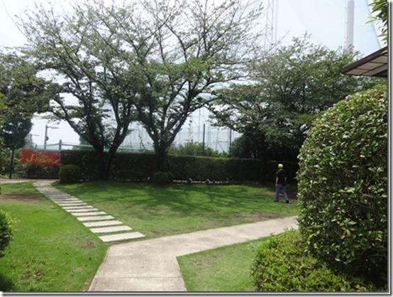 神奈川県横浜市青葉区の愛犬と散歩できるあざみ野ガーデンズ内のペット(犬)と食事できるベーカリーレストラン『ベルベ』横の道