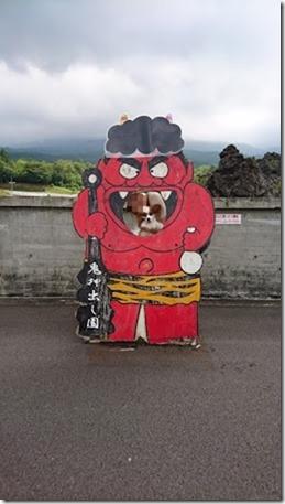 北軽井沢でペットと観光できる鬼押出し園赤鬼の顔出し