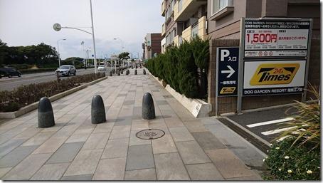 ドッグデプト湘南江の島店の駐車場入口