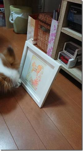 淡路島のヒーラー&曼陀羅アーティスト晃世さんの描いたアリアの装飾アートの匂いを嗅ぐアリア