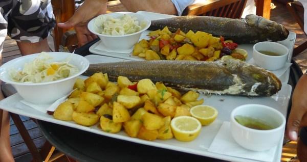 Peixe assado e fresquinho com batata deliciosas