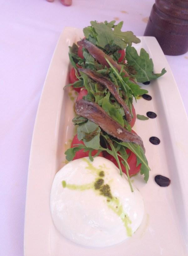 Salada Caprese com anchovas