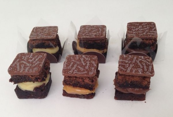 Brownie recheado de doce de leite, brigadeiro e brigadeiro branco ( não existe nada igual!!)