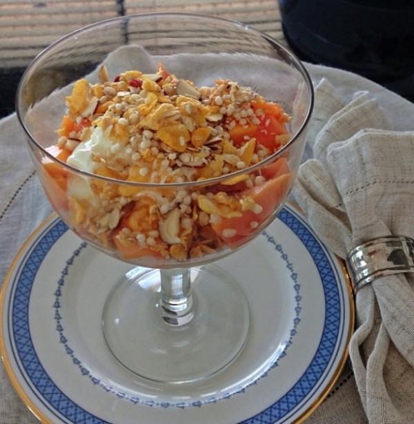 Iogurte de macadamia + mamão + granola caseira