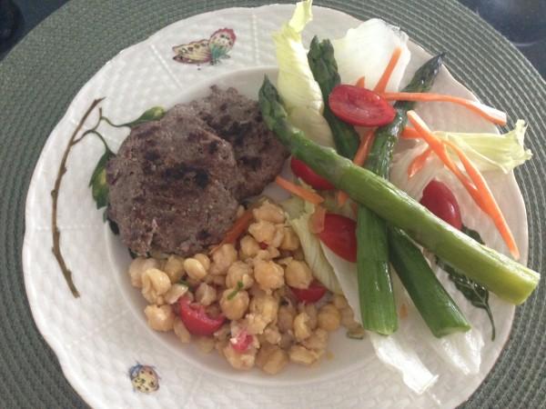 Hambúrguer de carne, grão de bico e salada verde