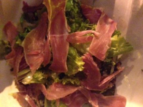Salada com crocante de parma