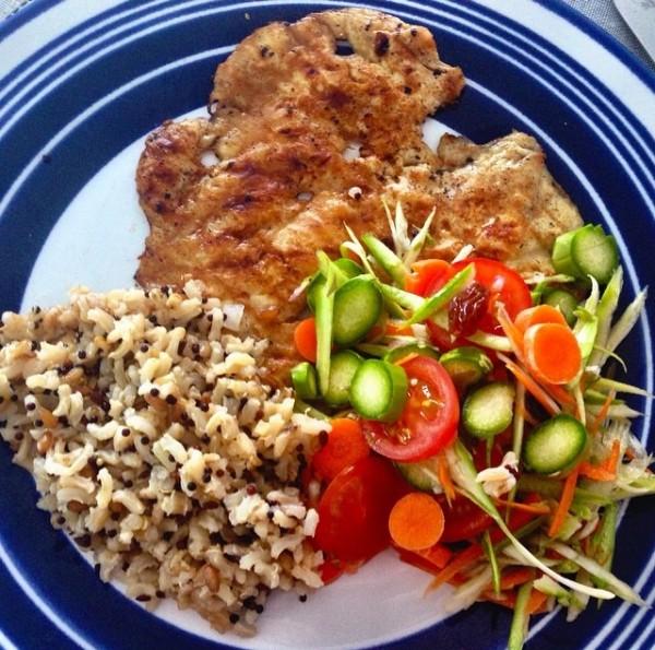 A salada de legumes crús fica uma delícia acompanhada de arroz 7 cereais e paillard de frango