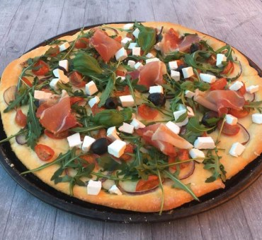 Glutenfri pizza med spekeskinke, feta, oliven & ruccula