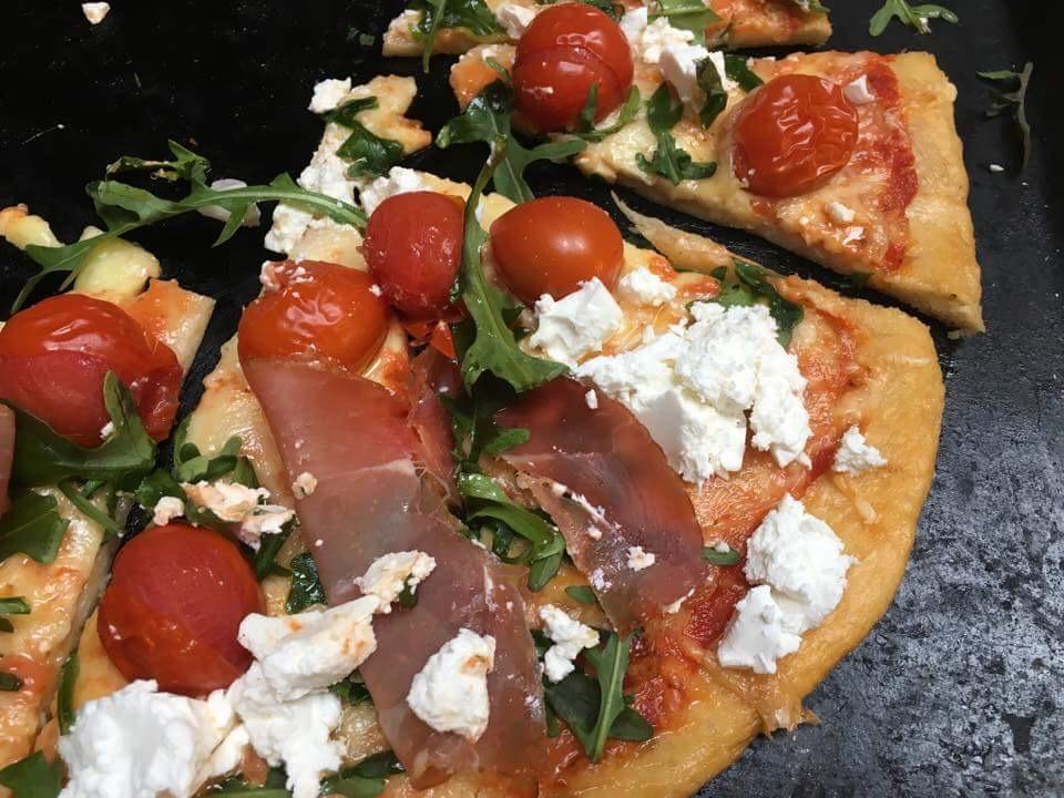 glutenfri pizza med feta og spekeskinke