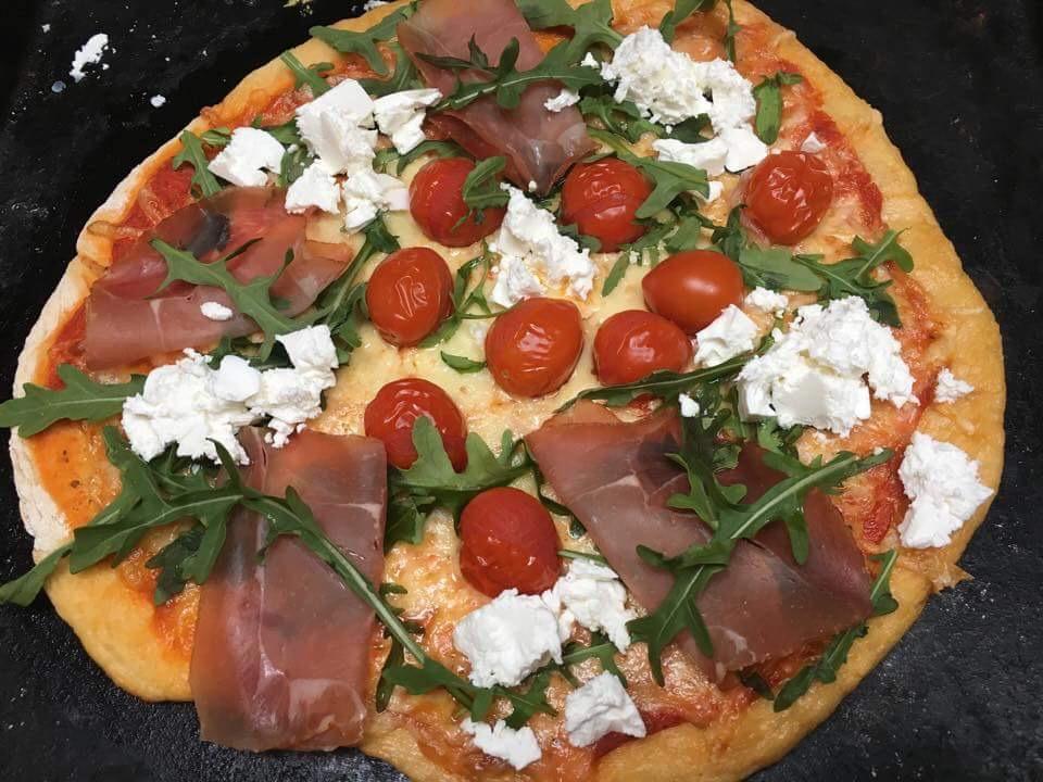 glutenfri pizza med spekeskinke