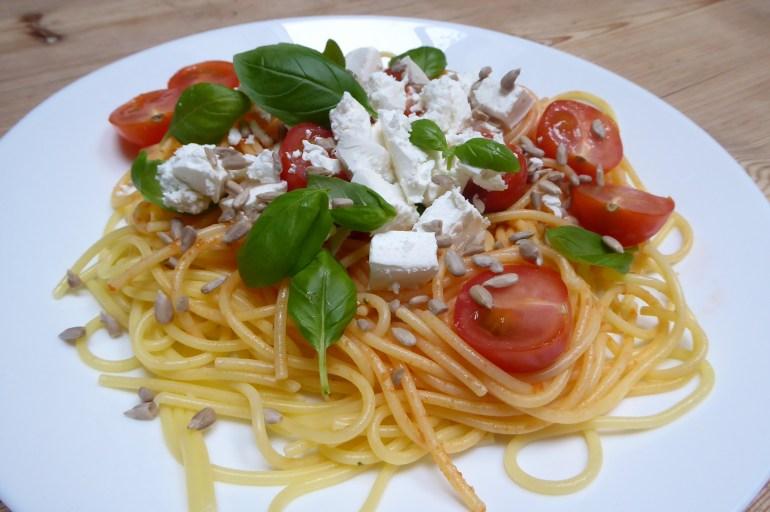 Glutenfri pasta med feta, tomater & basilikum