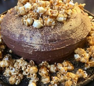 Glutenfri sjokoladekake med karamelisert popcorn