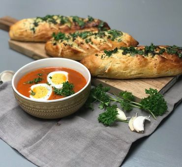 Hjemmelaget tomatsuppe med hvitløksbaguetter