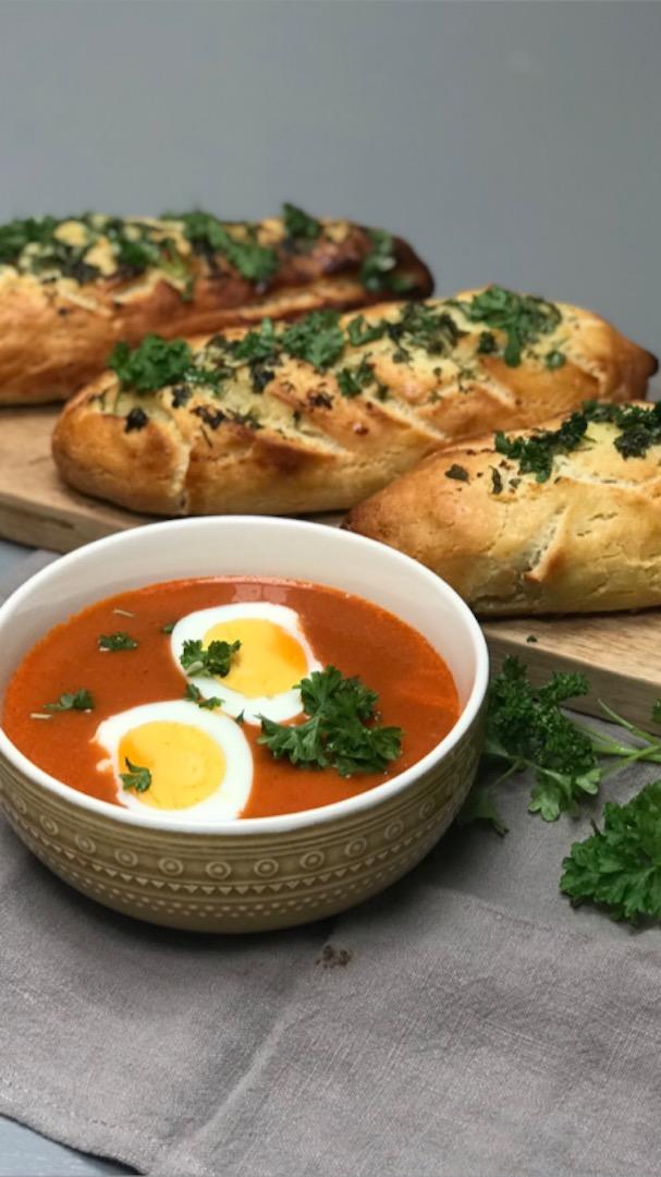Hjemmelaget tomatsuppe med glutenfrie hvitløksbaguetter