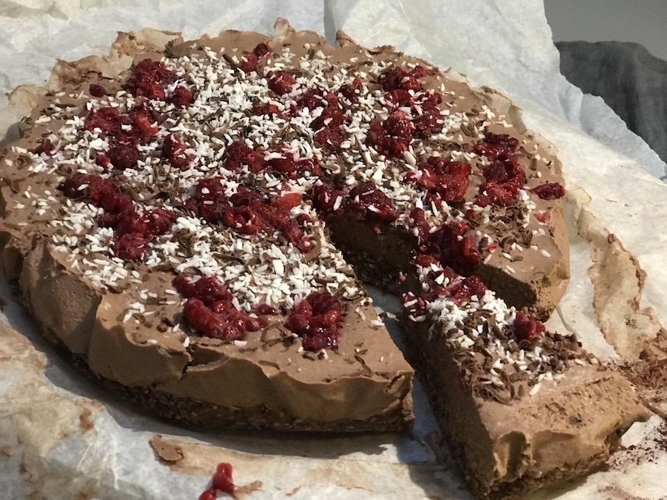 Rådigg rawcake med sjokolade, kokos og nøtter