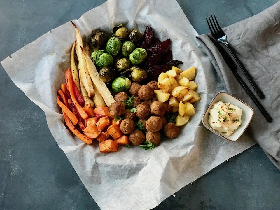 """""""Juletallerken"""" med vegetarboller, rotgrønnsaker og chiliaioli"""
