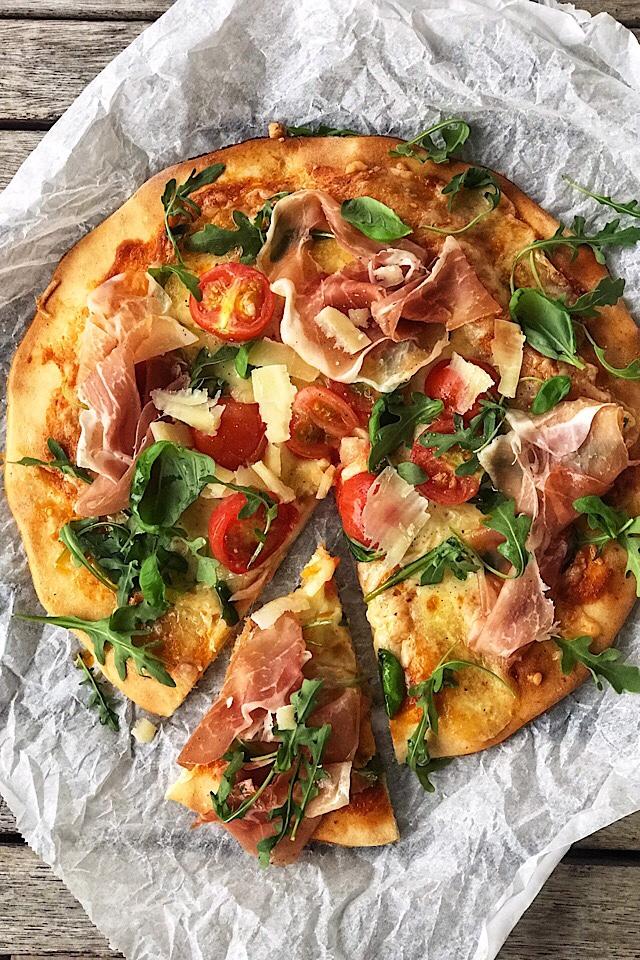 Glutenfri pizza med prosciutto, ruccula og parmesanflak. Bunn fra BFree