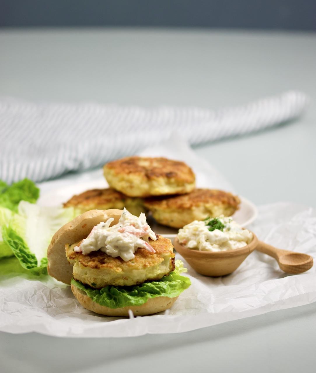 Hjemmelaget fiskeburger med coleslaw