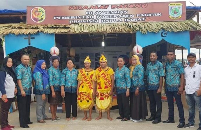 Anjungan pameran Otsus asal Fakfak di Kabupaten Teluk Windoma. PbP/MON