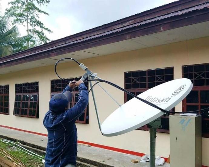 Pemasangan Akses Jaringan Internet di Kampung Warsambin Teluk Mayalibit, Rabu (27/11). PbP/TLS