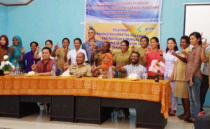 Tampak Kadis Kesehatan didampingi pemateri pose bersama dengan seluruh peserta pelatihan. PbP/JVN