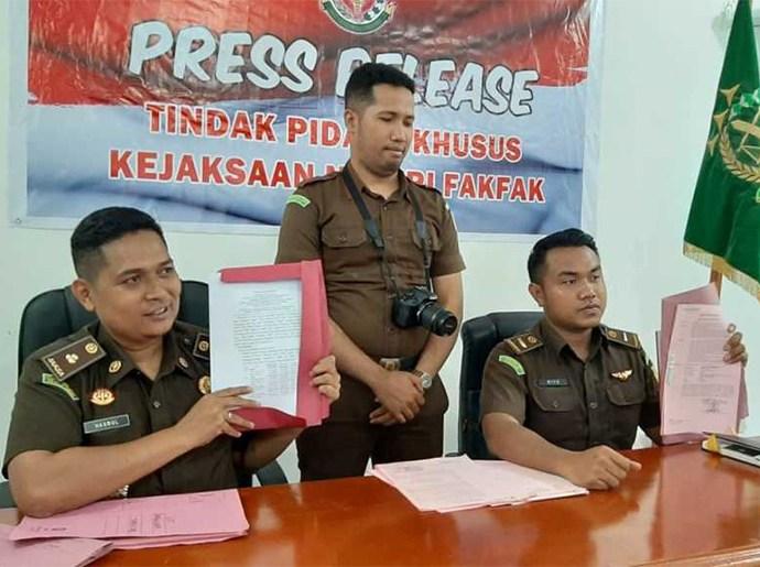 Kasi Pidsus Kejari Fakfak (kiri) menggelar press release terkait kasus pinjaman uang di sekretariat DPRD Fakfak. PbP/MON