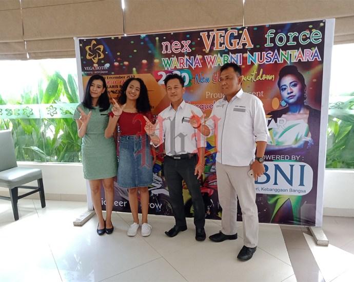 Manager Hotel Vega saat foto bersama penyanyi Jacqueline Karoline usai memberikan keterangan Pers di ruang lobi Hotel Vega, Senin (30/12).PbP/JEF