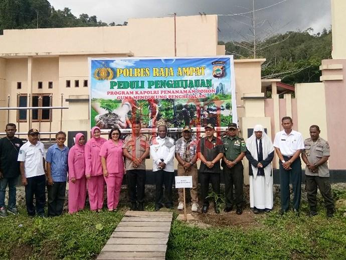 Aksi Menanam Pohon di Polres Raja Ampat, Rabu (8/1). PbP/TLS